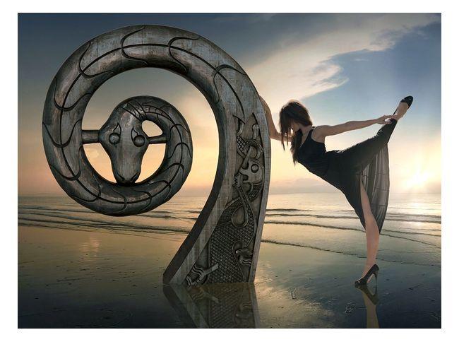 девушка у скульптуры змеи