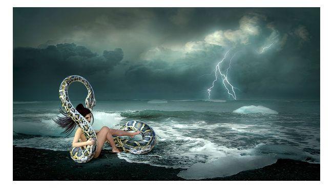 девушка и змея у моря