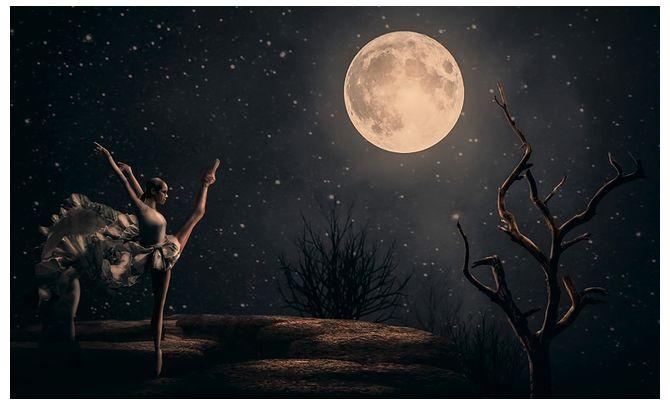 Девушка танцует ночью