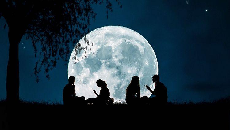 люди на фоне Луны