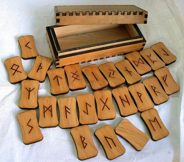 деревянные руны на столе