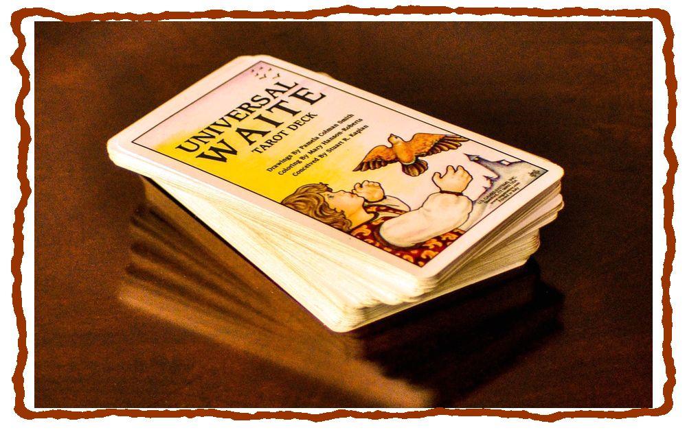колода карт таро на столе