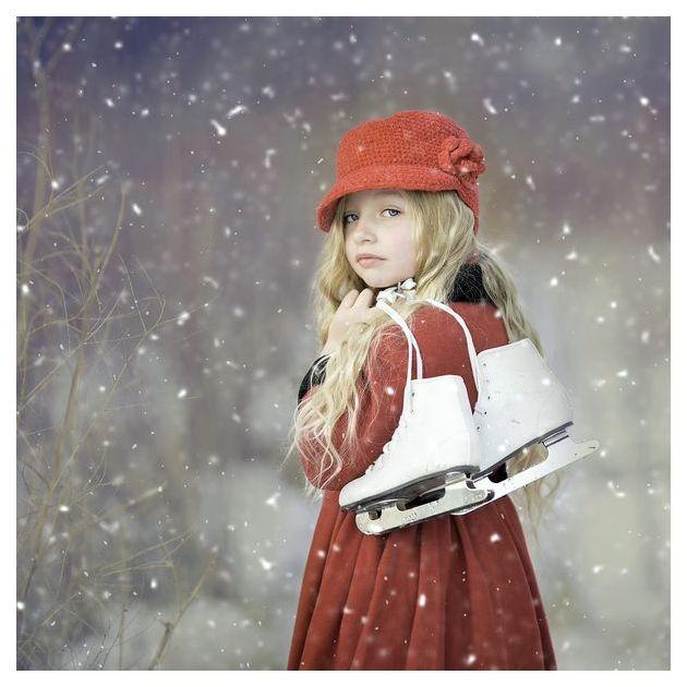 девочка Евдокия с коньками