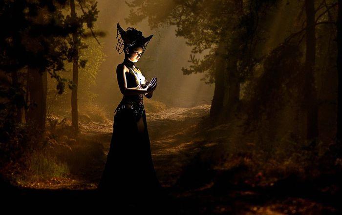 черная ведьма в лесу