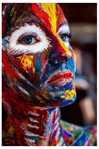 девушка в радужных цветах