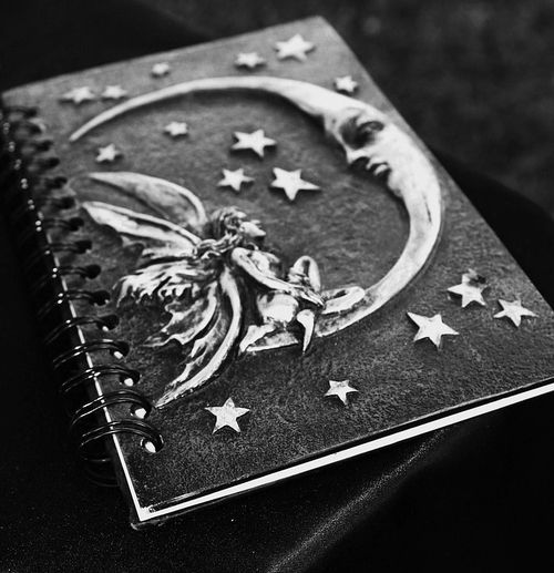 книга с изображением месяца и звезд