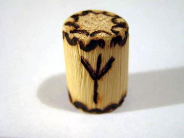Руна Альгиз из дерева