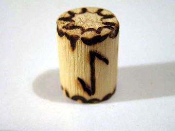 Руна Эйваз из дерева