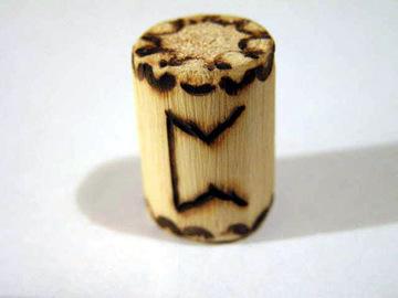 Руна Перт из дерева