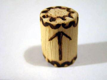 Руна Тейваз из дерева