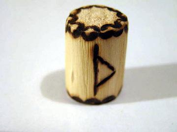 руна Турисаз из дерева